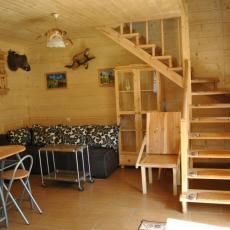 salonik z aneksem kuchennym w domku pod pstragiem