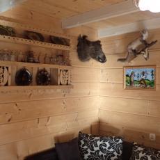 Salon z aneksem kuchennym - domek mysliwski