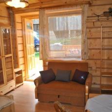 Sofa rozkładana , obok wyjście na patio. w góralskim domku w Sromowcach Niżnych