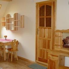 Stół i toaletka w pokoju 4-os. Pod pstragiem w Sromowcach Niznych