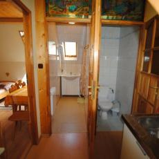 Fragmenty pokoju, prysznica , WC i aneksu kuchennego dla pok.1
