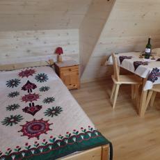 Łóżko malżeńskie w pokoju 3-osobowym