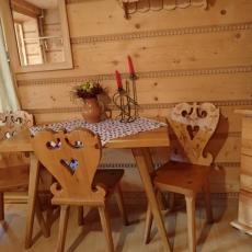 Góralski stół i krzesła w pokoju - sypialni Pod pstragiem